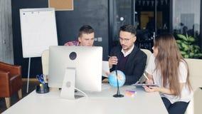 Compañeros de trabajo del negocio que discuten nuevas ideas y que se inspiran en una oficina moderna metrajes
