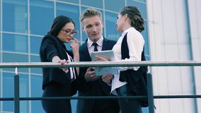 Compañeros de trabajo del negocio que presentan su proyecto a la mujer de negocios y que le ofrecen su cooperación metrajes