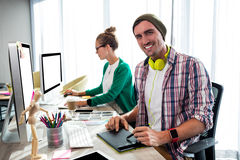 Compañeros de trabajo en el ordenador Fotos de archivo libres de regalías