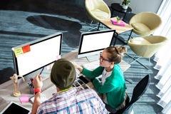 Compañeros de trabajo en el ordenador Imagen de archivo libre de regalías
