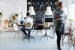 Compañeros de trabajo en oficina foto de archivo libre de regalías