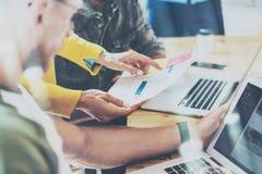 Compañeros de trabajo jovenes del grupo del primer que toman grandes decisiones económicas Team Discussion Corporate Work Concept Foto de archivo libre de regalías