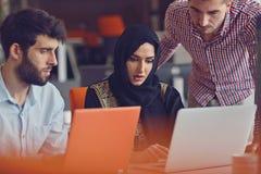Compañeros de trabajo jovenes del grupo que toman grandes decisiones económicas Oficina moderna creativa de Team Discussion Corpo fotografía de archivo