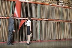 Compañeros de trabajo multiétnicos del negocio que seleccionan las hojas de chapa rojas finas Fotografía de archivo