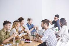 Compañeros de trabajo que comen el almuerzo junto imágenes de archivo libres de regalías