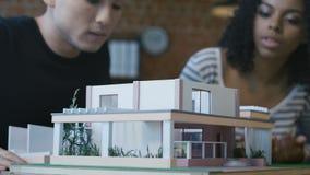 Compañeros de trabajo que crean la casa futurista moderna almacen de video