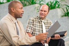 Compañeros de trabajo que hablan fotografía de archivo libre de regalías