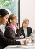 Compañeros de trabajo que se encuentran en el vector en la sala de conferencias Foto de archivo libre de regalías
