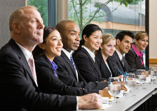Compañeros de trabajo que se encuentran en el vector en la sala de conferencias Fotos de archivo