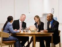 Compañeros de trabajo que tienen reunión en la sala de conferencias Imagenes de archivo