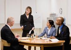 Compañeros de trabajo que tienen reunión en la sala de conferencias Imagen de archivo