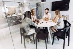 Compañeros de trabajo que tienen una reunión en una oficina hermosa Foto de archivo