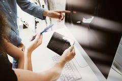 Compañeros de trabajo Team Working Office Studio Startup Hombre de negocios Using Modern Tablet, tabla de escritorio de madera de Imagen de archivo