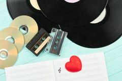 Compact-disc, casetes y discos de vinilo foto de archivo