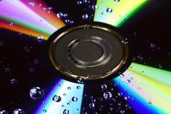 Compact disc con le gocce di acqua fotografia stock libera da diritti