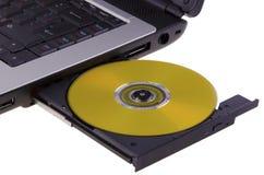 Compact disc dal computer portatile Fotografia Stock