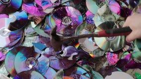 Compact disc della rottura con un martello video di movimento lento archivi video