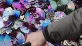Compact disc della rottura con un martello video di movimento lento stock footage