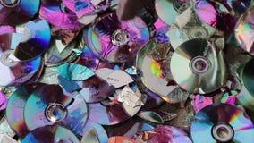 Compact disc della rottura con un martello video di movimento lento video d archivio