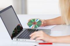 Compact disc e computer portatile Immagine Stock Libera da Diritti