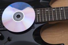 compact disc en gitaar royalty-vrije stock foto