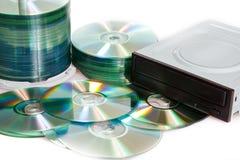 Compact-discs en brander op een witte achtergrond stock afbeelding