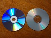 Compact-discsverschil - lege en volledige CDs stock afbeeldingen