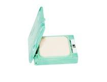 Compact gedrukt poeder in groene die doos op witte achtergrond wordt geïsoleerd Royalty-vrije Stock Foto's