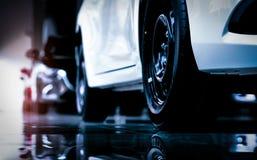 Compacte die auto van SUV van de close-up de nieuwe luxe in moderne toonzaal voor verkoop wordt geparkeerd Het bureau van het aut Stock Afbeeldingen