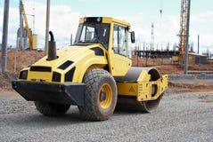 Compacteur aux courses sur route de construction Photo stock