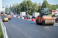 Compacteur d'asphalte sur la rue Photographie stock libre de droits