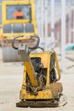 Compacteur de plat de vibration au chantier de construction Images stock