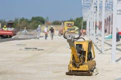 Compacteur de plat de vibration au chantier de construction Photo stock