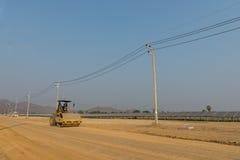 Compacteur de sol dans la ferme solaire en construction Images stock