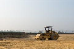 Compacteur de sol dans la ferme solaire en construction Photo libre de droits