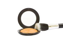 Compacto de polvo del maquillaje con el cepillo aislado Fotos de archivo
