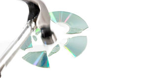 Compacts disc (CD) que estão sendo quebrado-se s por um martelo Foto de Stock