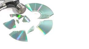 Compacts disc (CD) quebrados por um martelo imagem de stock