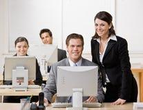 Compañero de trabajo que escucha el supervisor Foto de archivo libre de regalías