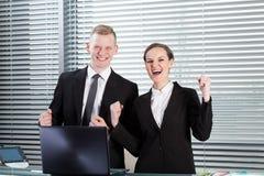 Compañeros de trabajo acertados en oficina Foto de archivo libre de regalías