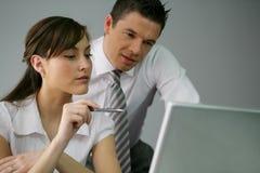 Compañeros de trabajo en la oficina Imagen de archivo