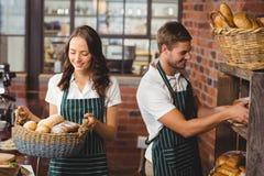 Compañeros de trabajo felices que trabajan con una sonrisa Imagen de archivo libre de regalías