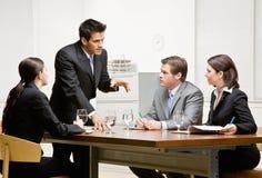Compañeros de trabajo que escuchan el supervisor Foto de archivo