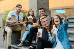 Compagni dell'istituto universitario che prendono un selfie immagini stock libere da diritti