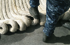 Compagni di bordo della marina con la corda dell'ancora Fotografia Stock Libera da Diritti