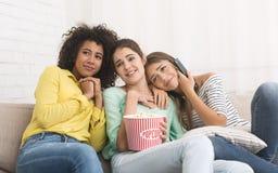 Compagni di camera che guardano film con emozione tenera a casa immagine stock