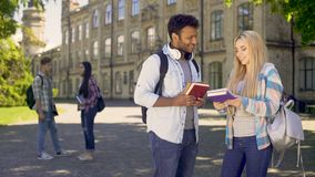 Compagni di classe che comunicano sulla città universitaria dell'università dopo le classi, amicizia stock footage