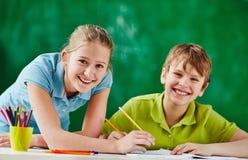 Compagni di classe felici alla lezione immagini stock