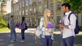 Compagni di classe futuri che parlano, prime conoscenze all'università, programma educativo video d archivio