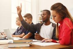 Compagni di classe multietnici che preparano insieme per gli esami Immagini Stock Libere da Diritti